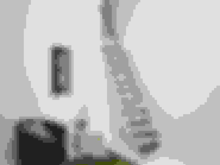 Couloir, entrée, escaliers de style  par Fontanot