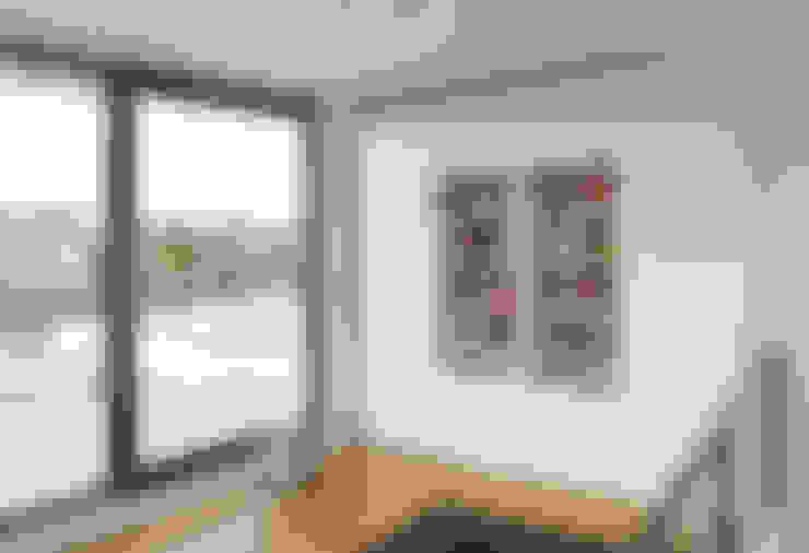 Estudios y despachos de estilo  por AD+ arquitectura