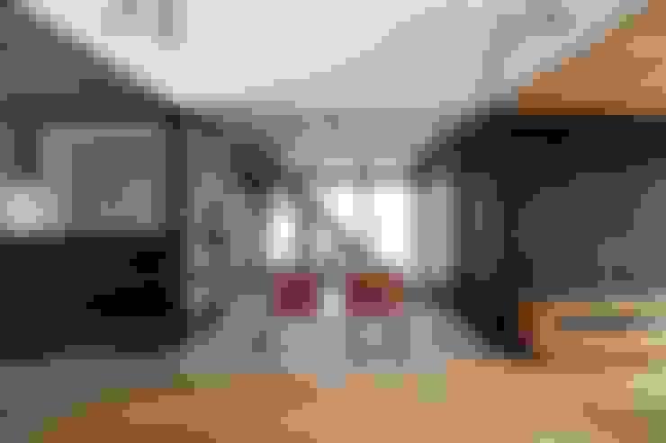 Suehiro House: ALTS DESIGN OFFICEが手掛けたリビングです。