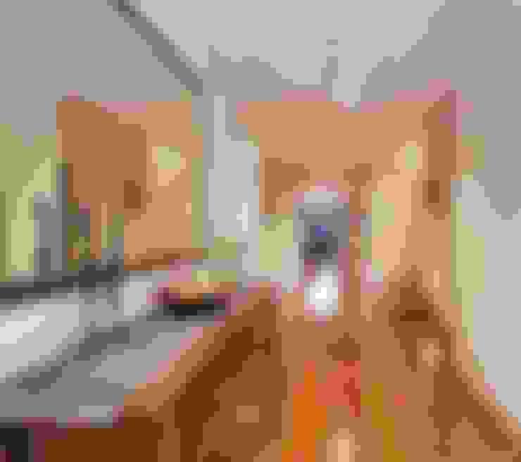 走廊 & 玄關 by Adorn Interior Design
