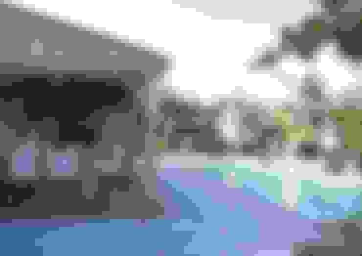 Wellness tuin met overkapping, spa, sauna en zwembad:  Tuin door Stam Hoveniers