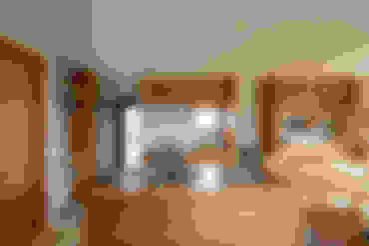 柔らかい光に包まれたらせん階段のある家: ELD INTERIOR PRODUCTSが手掛けたキッチンです。
