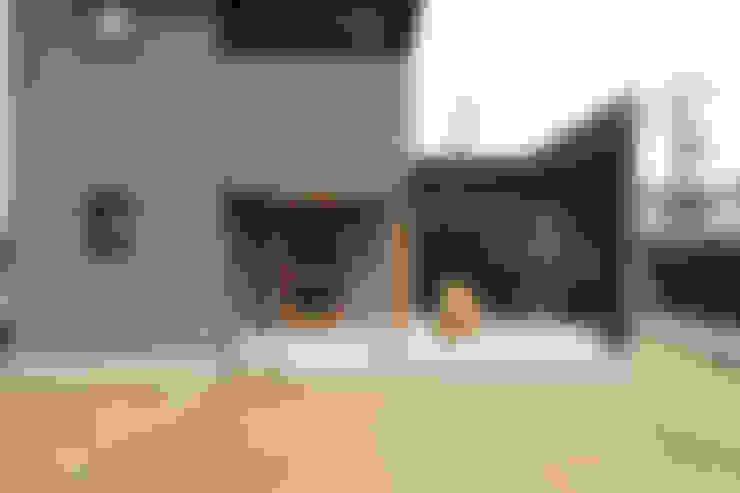 柔らかい光に包まれたらせん階段のある家: ELD INTERIOR PRODUCTSが手掛けたテラス・ベランダです。
