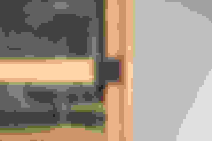 柔らかい光に包まれたらせん階段のある家: ELD INTERIOR PRODUCTSが手掛けた窓です。