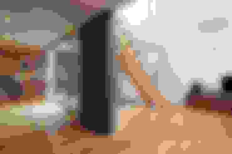 Living room by 岡村泰之建築設計事務所