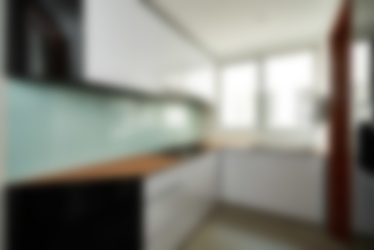 The Bayshore:  Kitchen by Eightytwo Pte Ltd