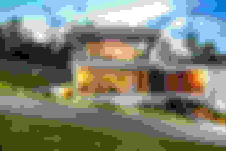 Vista frontal: Casas  por JOBIM CARLEVARO arquitetos