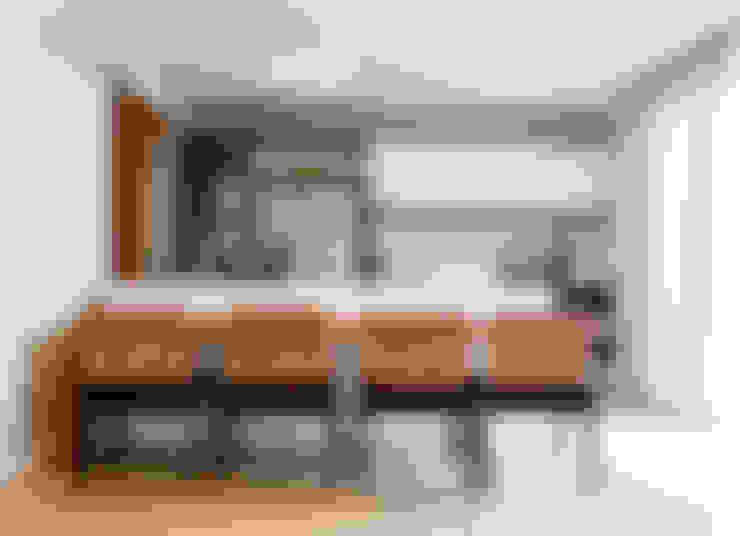 PROJETO ARQUITETÔNICO FACHADA E INTERIOR DA RESIDÊNCIA PRUNER  (Fotos: Lio Simas): Cozinhas  por ArchDesign STUDIO