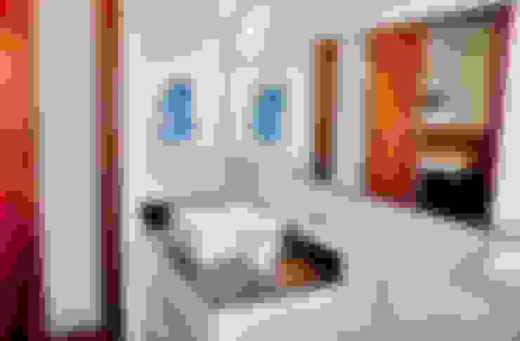 PROJETO ARQUITETÔNICO FACHADA E INTERIOR DA RESIDÊNCIA PRUNER  (Fotos: Lio Simas): Banheiros  por ArchDesign STUDIO