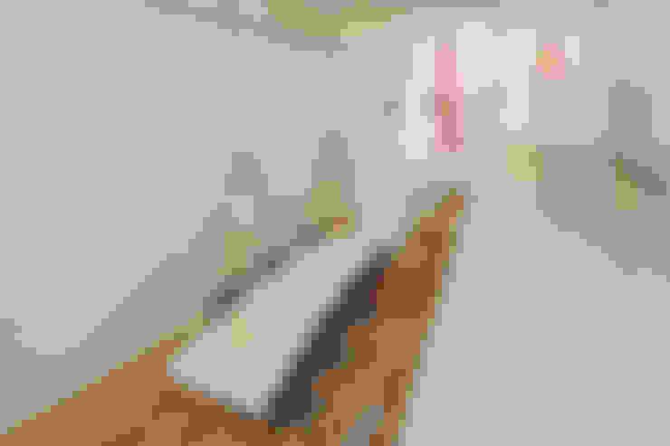 de keuken, borrelhoek en hangende eettafel:  Eetkamer door CUBE architecten