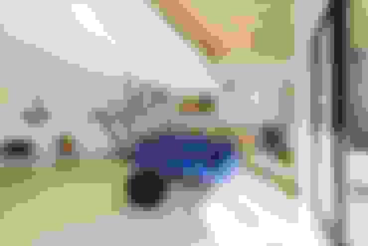 Living room by 長谷川拓也建築デザイン