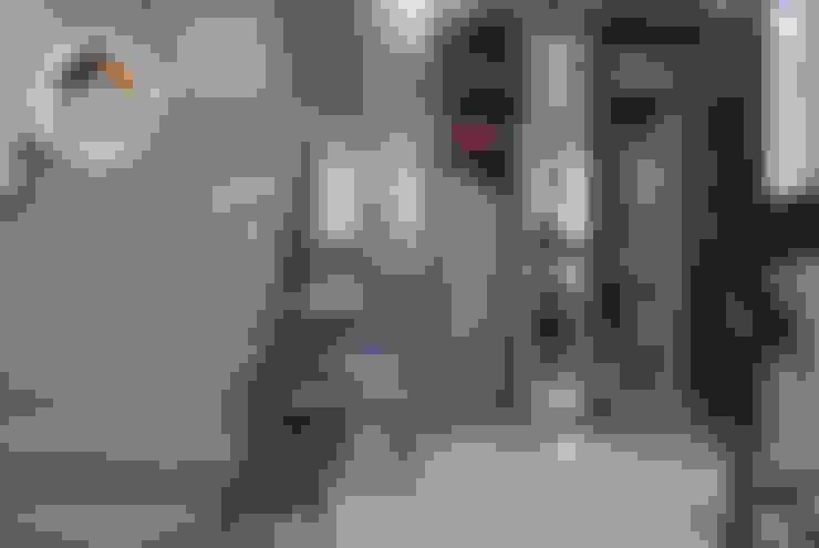 Pasillos y hall de entrada de estilo  por La Fustería - Carpinteros