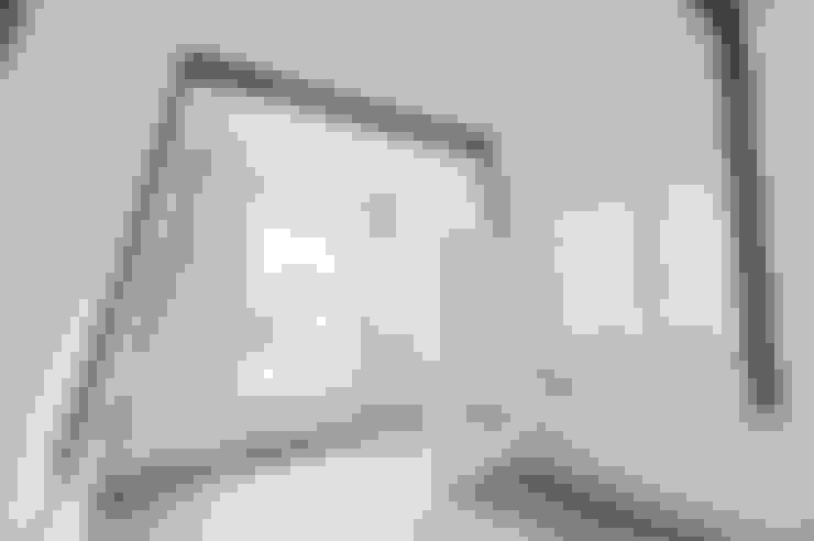de zolder verdieping:  Slaapkamer door Architectenbureau Vroom