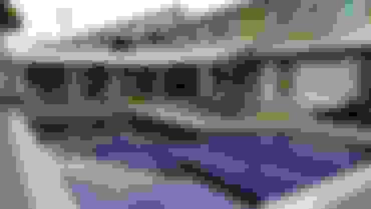 Piscina e fachada da casa: Piscinas  por Amanda Miranda Arquitetura