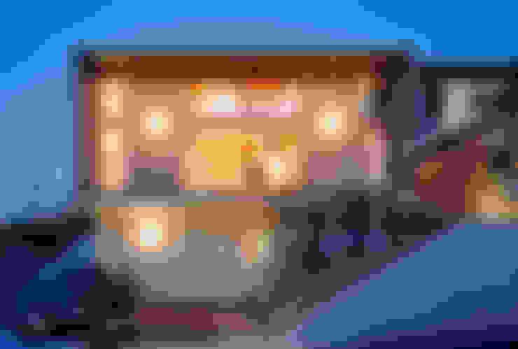 夜景外観: 久保田英之建築研究所が手掛けた家です。