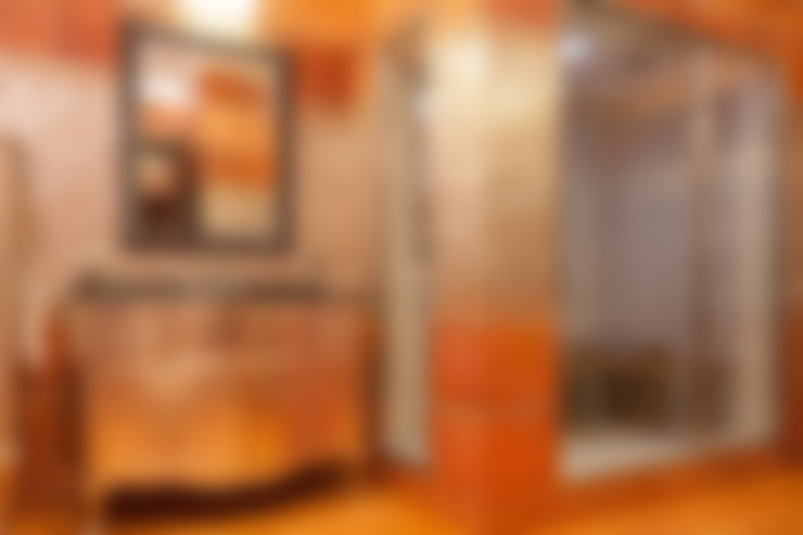 Двухэтажная квартира в Лаврушинском переулке 270 м2: Ванные комнаты в . Автор – Gallery 63
