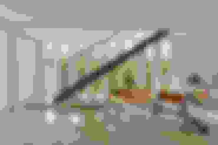 VISTA DA ESCADA METÁLICA: Salas de estar  por Pimont Arquitetura