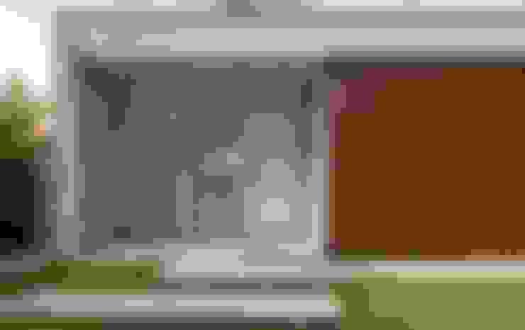 DETALHE DA FACHADA PRINCIPAL COM LADRILHO HIDRÁULICO: Casas  por Pimont Arquitetura