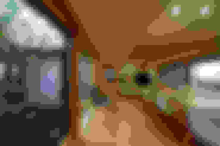 Living room by 長谷雄聖建築設計事務所