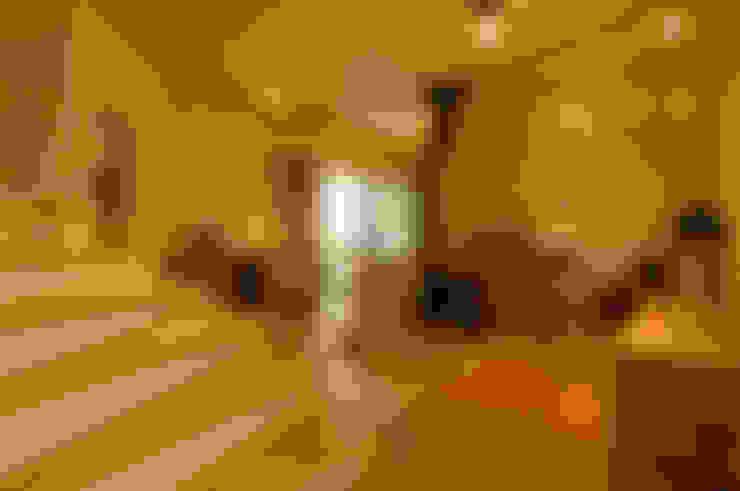 土佐漆喰の家: 大森建築設計室が手掛けたリビングです。
