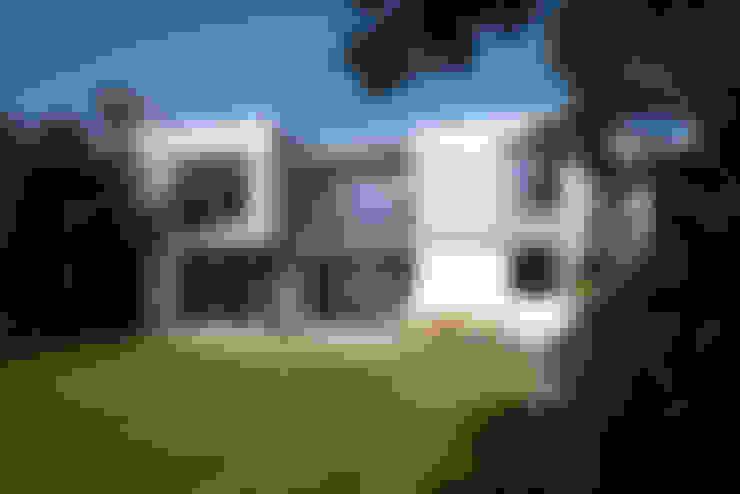 Rumah by Designscape Architects Ltd