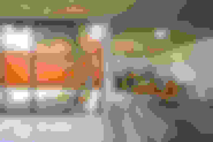Salas / recibidores de estilo  por rOOtstudio