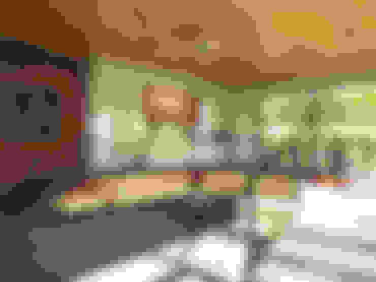 غرفة المعيشة تنفيذ Дизайн студия Александра Скирды ВЕРСАЛЬПРОЕКТ
