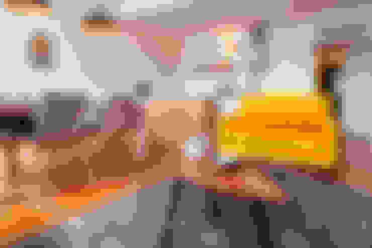 Living room - AFTER:   por Home Staging Factory