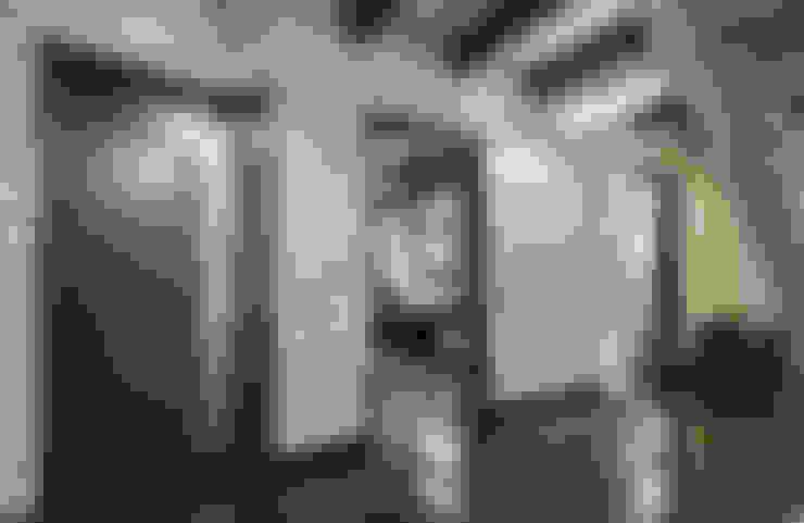 Corridor & hallway by Samarina projects