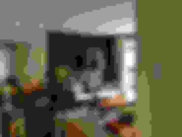 Apartamento CD: Salas de estar  por Roesler e Kredens Arquitetura