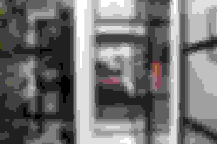 Garage Loft:  Slaapkamer door BRICKS Studio