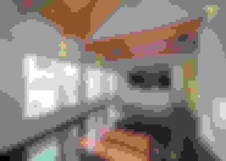 一体化した居間とバルコニー(外部空間)。: 田崎設計室が手掛けたリビングです。