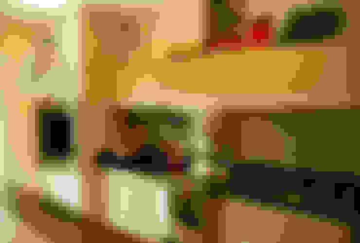 Área de lazer com espaço para refeições, cozinha e pub particular: Cozinhas  por Sandro Clemes