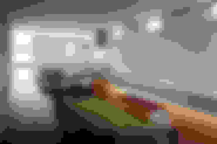 リビングからキッチンを見る: 松岡淳建築設計事務所が手掛けたリビングです。