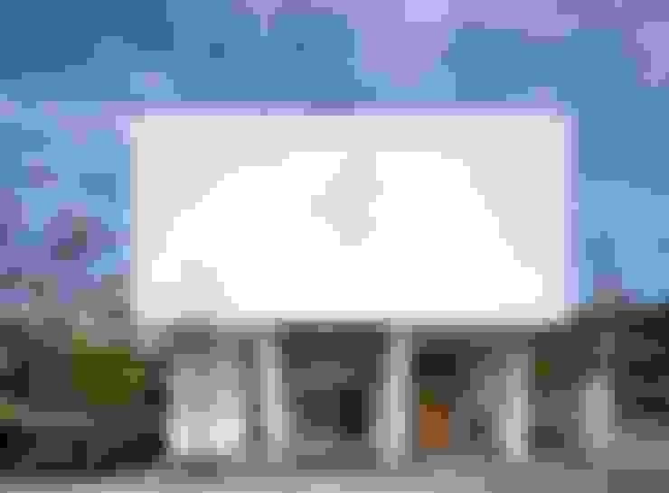 Maisons de style  par 久保田正一建築研究所