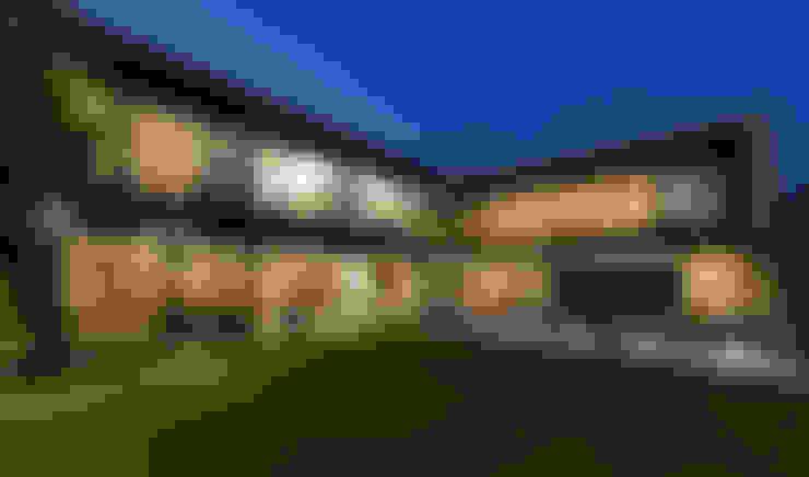 Casa Dalias: Jardines de estilo  por grupoarquitectura