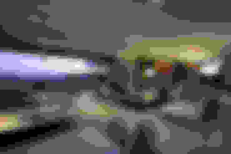Residência Quinta da Baronesa: Salas de estar  por Débora Aguiar