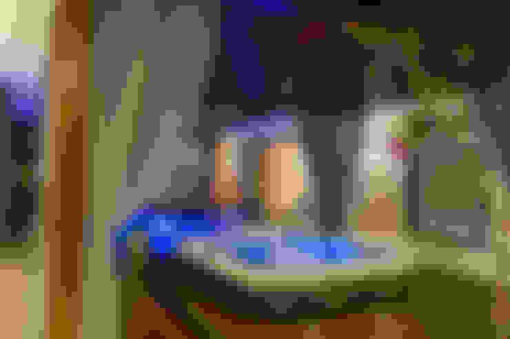 O Spa em Dossel, um convite a relaxar!: Piscinas  por RABAIOLI I FREITAS