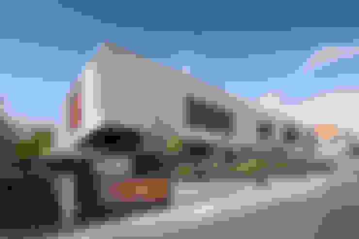 Moradias em banda, Queijas: Casas  por Estúdio Urbano Arquitectos