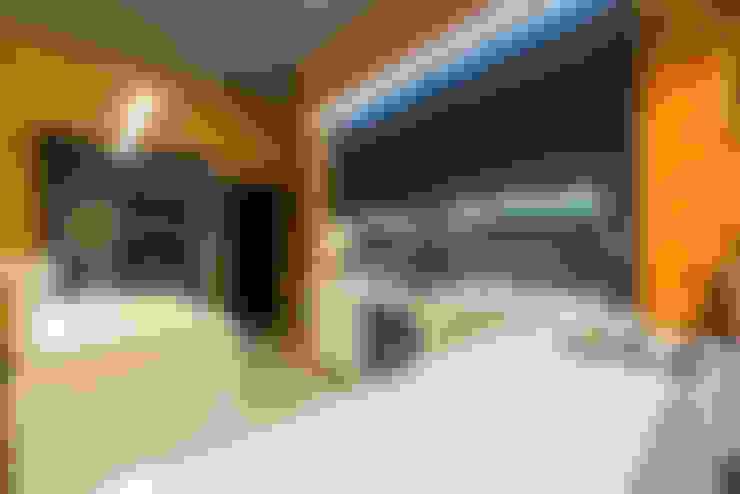 Минимализм в деревянном доме (архитектор Анжелика Марзоева): Кухни в . Автор – Галерея интерьеров 'Angelica Marzoeva'