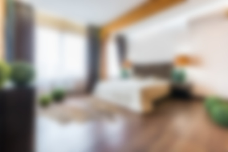 Минимализм в деревянном доме (архитектор Анжелика Марзоева): Спальни в . Автор – Галерея интерьеров 'Angelica Marzoeva'