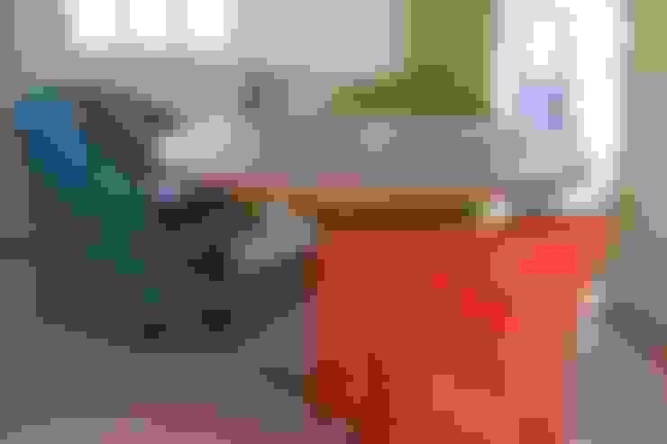 Ronde teaktafel met wicker stoelen  :  Tuin door Ars Longa