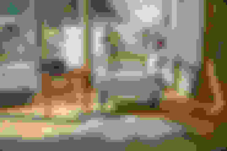 """""""Немного солнца в стакане воды"""" квартира в Юрмале (дизайнер Наталия Прохорова-Азбукина): Спальни в . Автор – Фотограф Анна Киселева"""