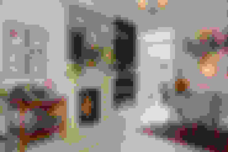 Salas de estar  por Ruth Noble Interiors