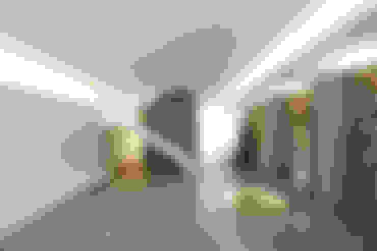Salas / recibidores de estilo  por RUE