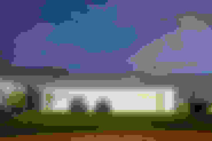 Garage/Rimessa in stile  di Aguirre Arquitetura