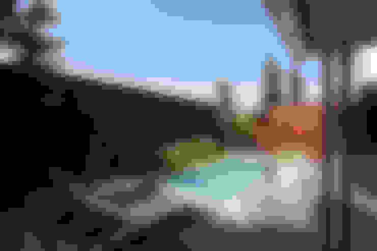 Zwemmen en zonnebaden:  Tuin door Stoop Tuinen