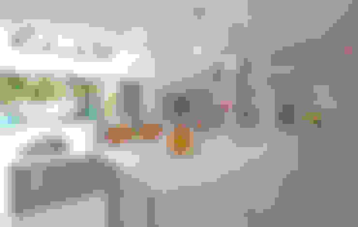 Clapham, SW4:  Kitchen by Build Team