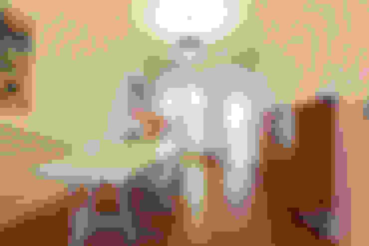 eetruimte met zicht op keuken en veranda:  Eetkamer door studio k
