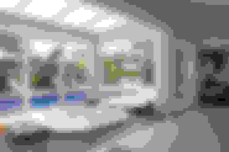 Área de lazer com piscina: Piscinas  por dsgnduo